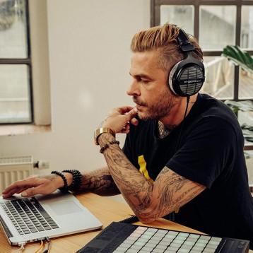 770.83元英国直邮【Prime专享9折】Beyerdynamic 拜亚动力 DT 990 PRO 单线覆耳式录音室耳机 250欧姆